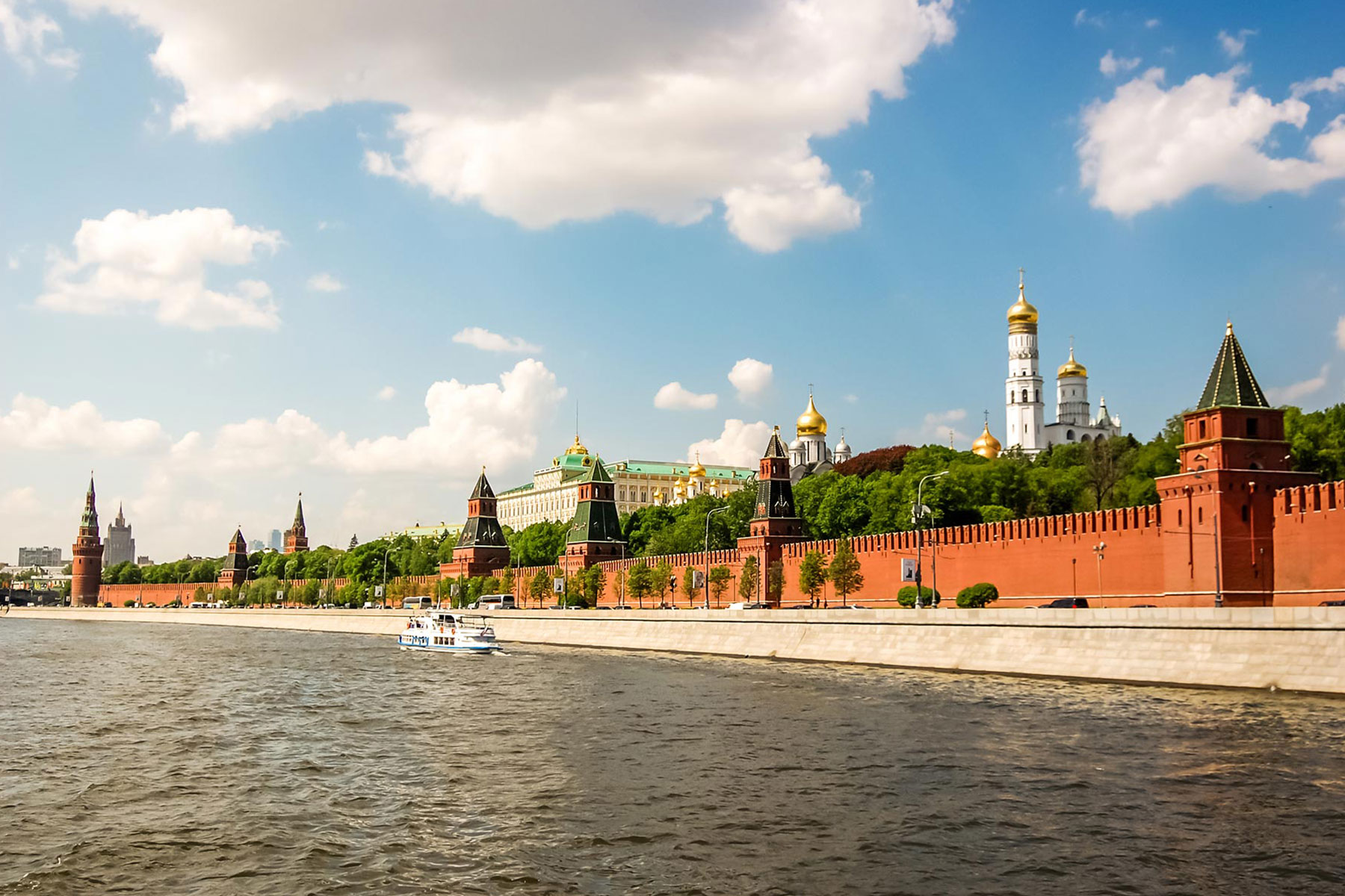 the-kremlin-on-the-banks-of-the-moscow-river-M4HDV79-1.jpg